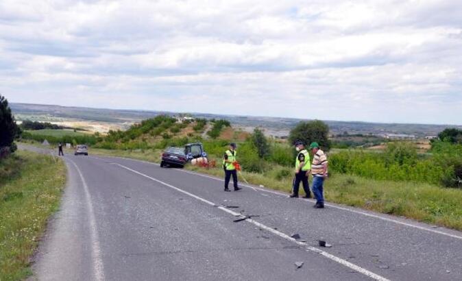 Otomobil, traktörün arkasındaki tarım aletine çarptı: 1 yaralı