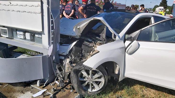 Manisa'da feci kaza... Kontrolden çıkıp tabelaya çarptı