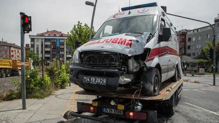 Bahçelievler'de ambulans kaza yaptı: 3 sağlık çalışanı yaralı
