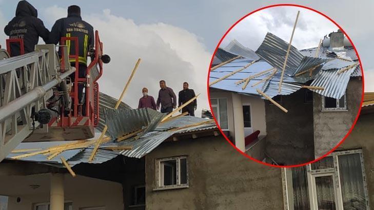 Van'daki fırtına evlerin çatılarını uçurdu!