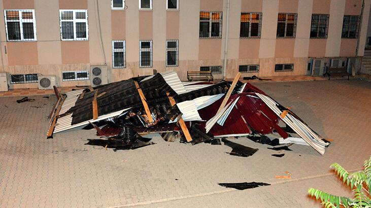 Kahramanmaraş'ta fırtına! Çatılar uçtu, ağaçlar devrildi