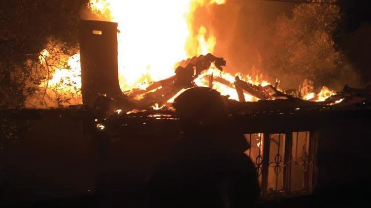 Alevler geceyi aydınlattı! Ev kül oldu...