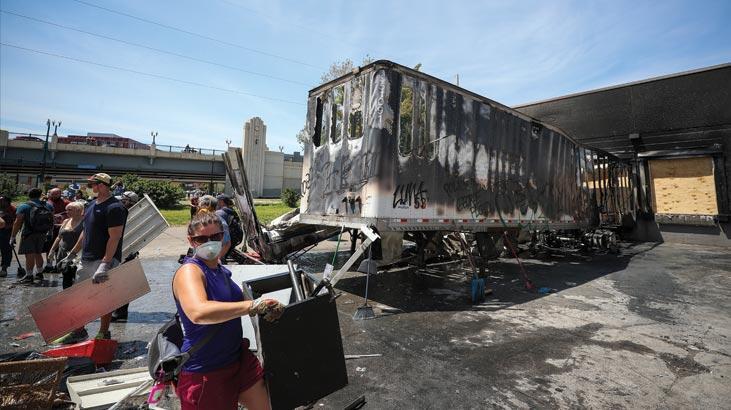 Minneapolis'te tanker dehşeti! Binlerce protestocunun üzerine sürdü