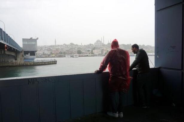 Galata Köprüsü'nde yağmura aldırmadan balık tutmaya devam ettiler