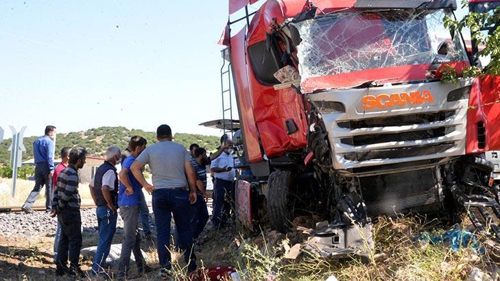 Son dakika... Trenin çarptığı TIR'ın şoförü öldü!