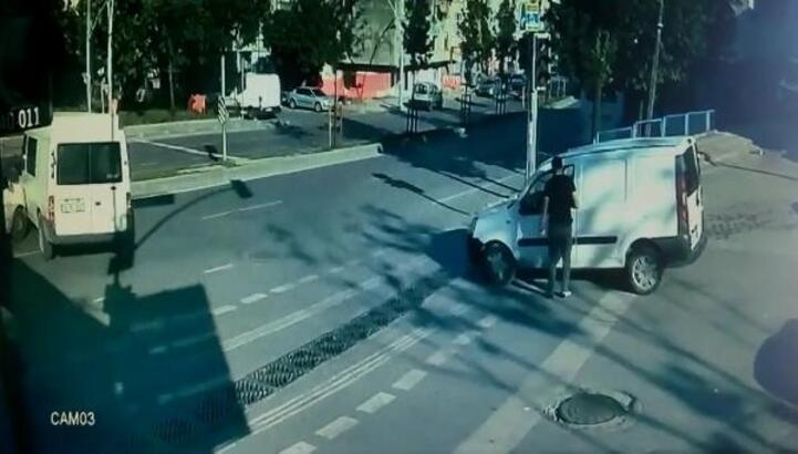 Sultangazi'de sokağa çıkma kısıtlamasında meydana gelen kaza kamerada