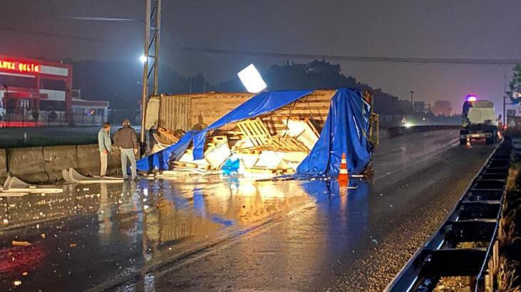 Kamyonun kasası yola devrildi, trafik aksadı