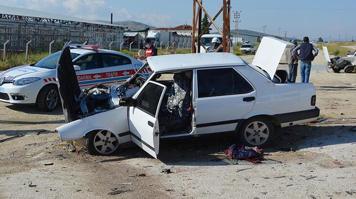 Otomobiller kafa kafaya çarpıştı: 1'i ağır, 6 yaralı