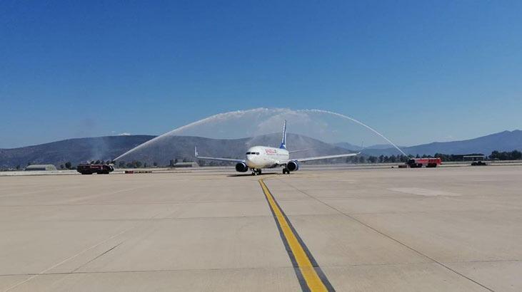 Milas-Bodrum Havalimanı'na inen ilk uçağa su takıyla karşılama