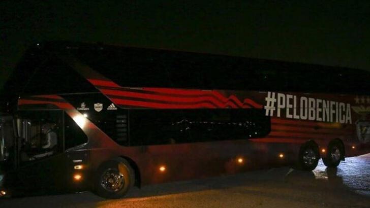 Benfica otobüsüne taşlı saldırıda 2 futbolcu yaralandı!