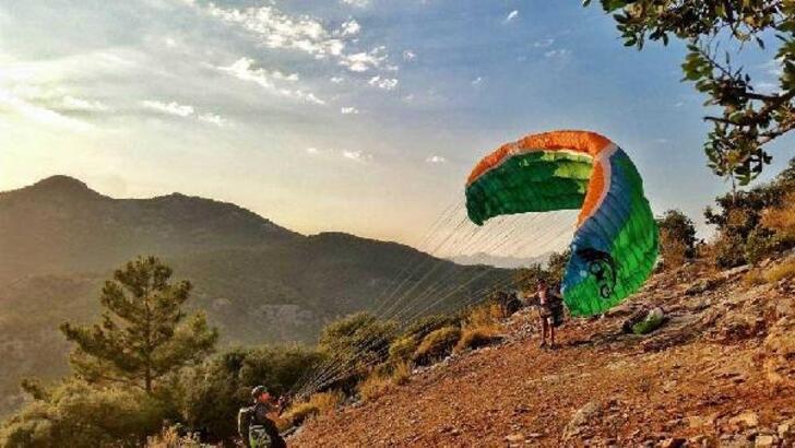 Çameli'de gökyüzü paraşütlerle renkleniyor
