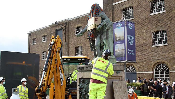Londra'da köle tacirinin heykeli kaldırıldı