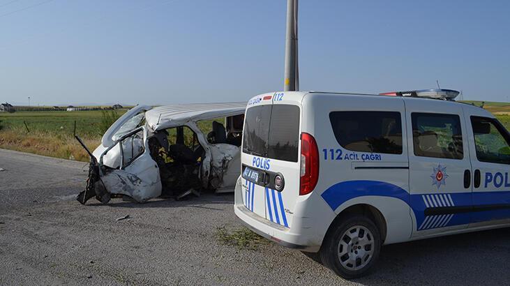 Son dakika... Konya'da minibüs elektrik direğine çarptı: 4 yaralı