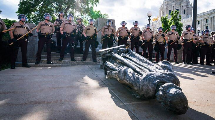Fırtına dinmiyor! Kristof Kolomb heykelinin kafası koparıldı, bir diğeri yıkıldı