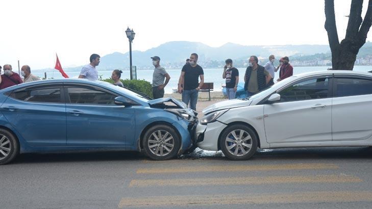 Otomobiller kafa kafaya çarpıştı!  2 kişi yaralandı