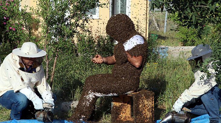 'Arı Adam' Çin'in dünya rekorunu kırmak için binlerce arıyı üzerinde topladı