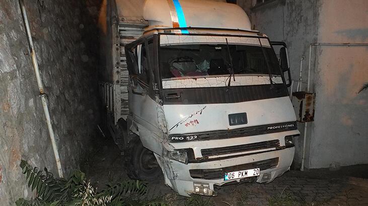 Kocaeli'de kamyon istinat duvarına çarptı, mahalleli araçtakilere ikramda bulundu