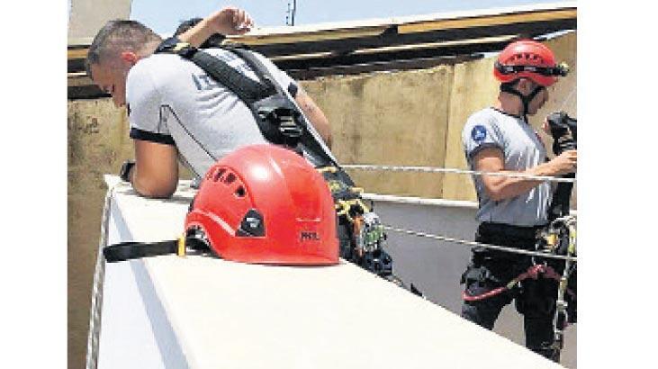 Sıkışan güvercini AKS ekipleri kurtardı