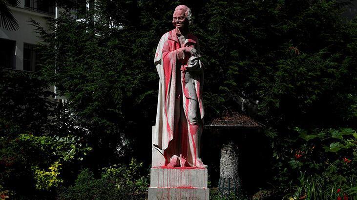 Paris'te Voltaire'in heykeli kırmızıya boyandı