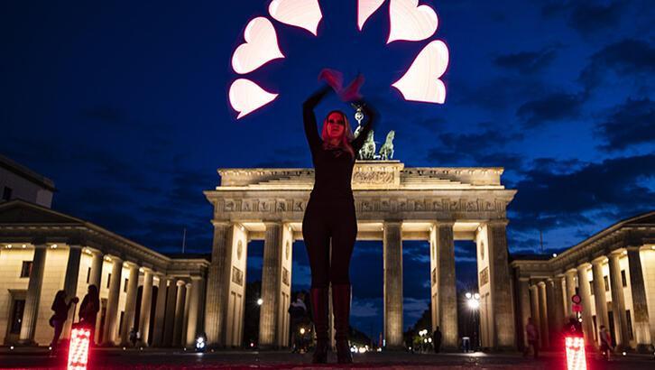 Berlin'de salgına karşı ışık gösterisi