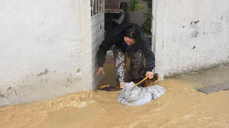 İzmir'de sağanak kabusu! Dere taştı, ev ve iş yerleri su altında...