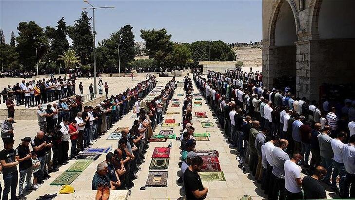 Filistin'de corona virüs vakalarındaki artış nedeniyle cuma namazı yeniden askıya alındı
