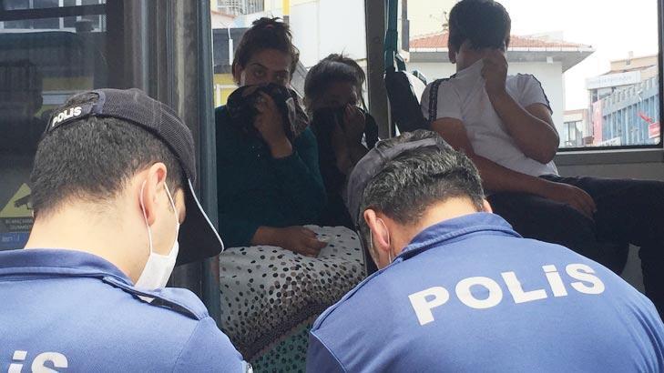 Minibüse maskesiz bindiler, polisi görünce yüzlerini gizlediler!