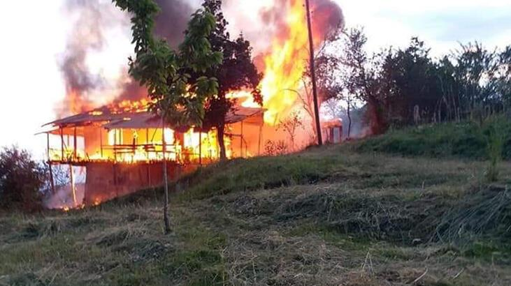 Artvin'de 2 katlı ahşap ev, alev alev yandı
