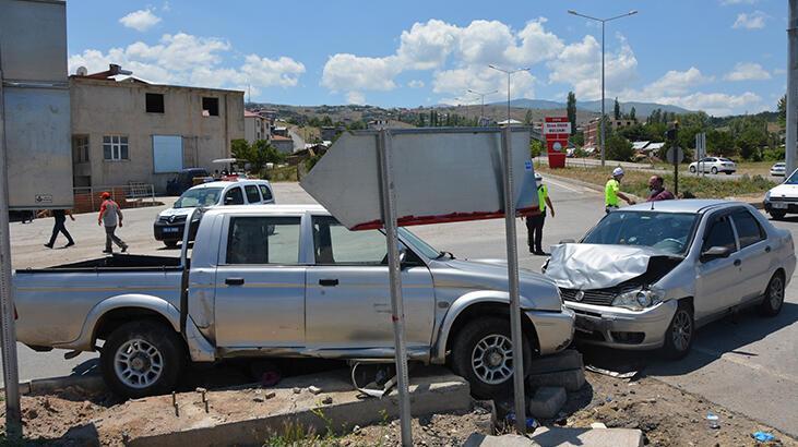Sivas'ta otomobille kamyonet çarpıştı: 8 Yaralı