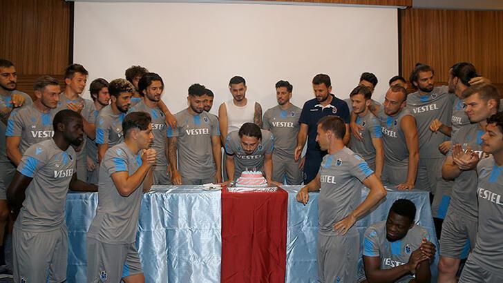 Trabzonspor'da Abdülkadir Ömür'e doğum günü kutlaması!