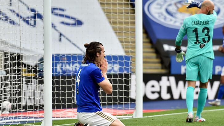 Çağlarlı Leicester City, Chelsea'ye elendi!