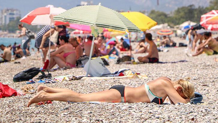 Konyaaltı plajı tıklım tıklım