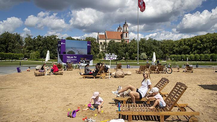 Litvanyalılar başkent Vilnius'ta güneşin tadını çıkardı