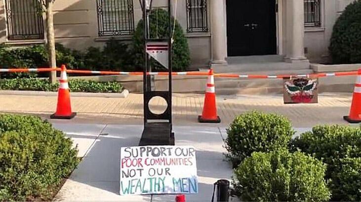 Protestocular dünyanın en zengin kişisi Bezos'un evinin önüne giyotin kurdu