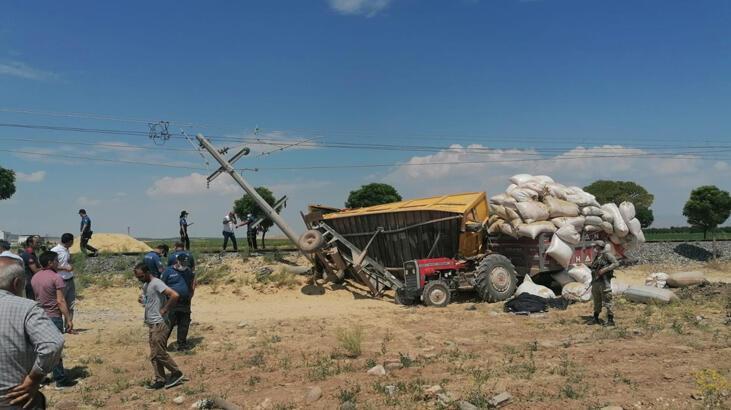 Treninin çarptığı traktörün römorku arkasındaki traktörün üzerine devrildi: 1 ölü, 2 yaralı