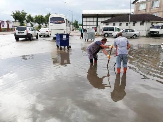 İnegöl'de belediye ekipleri su baskınlarına anında müdahale etti