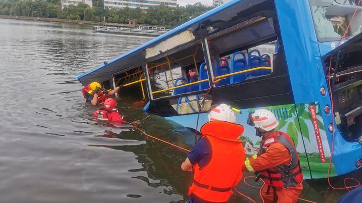 Çin'de öğrencileri taşıyan otobüs yoldan çıkıp göle düştü