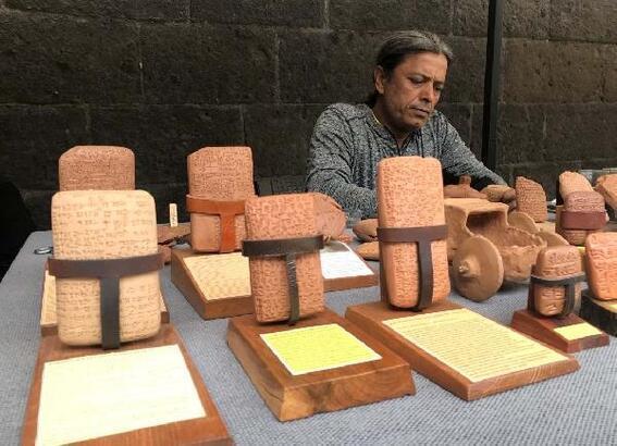 Kil tabletlerin çamurdan yapılan replikaları hediyelik eşya olarak satılıyor