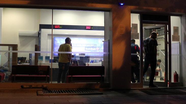 Önce minibüsü sonra da bankaya girip evrak kasası ve tabancayı çaldılar