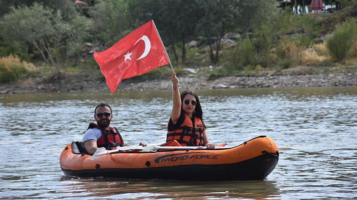 Kano sporcularından Murat Nehri'nde 15 Temmuz etkinliği