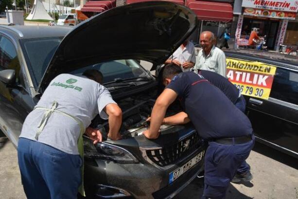 Araç motoruna giren yavru kediyi kurtarma operasyonu