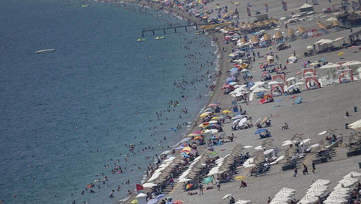 Antalya'da sıcak hava ve yüksek nemden bunalanlar plajlarda serinledi