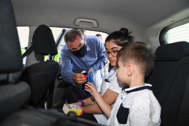 Vali Elban, seyahat eden vatandaşlarla bayramlaştı