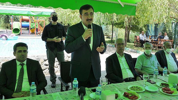 AK Parti Genel Başkan Yardımcısı Cevdet Yılmaz, Bingöl'de partililerle bayramlaştı