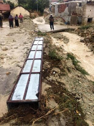 Korkuteli'de yağış taşkına neden oldu