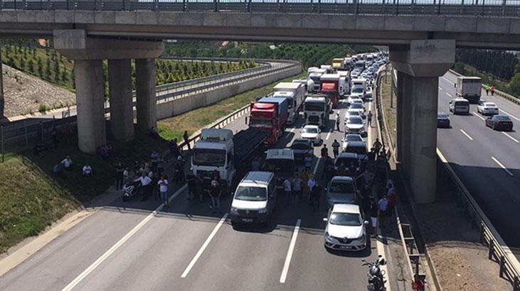 TIR köprüde devrildi, TEM ulaşıma kapandı
