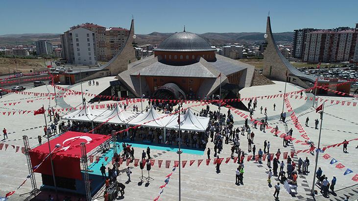Sivas'ta, ay yıldız mimarili cami ibadete açıldı