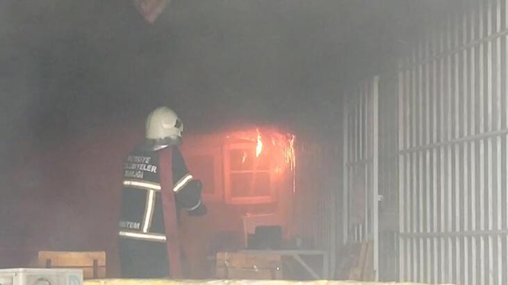 Tarsus'ta elektrik malzemeleri satan iş yerinde yangın