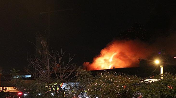 İzmir'de korkutan dükkan yangını! Yan tarafa sıçradı...