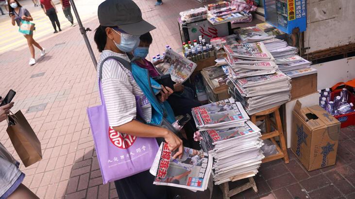 Hong Kong'da medya patronu tutuklandı, halk gazete bayilerine koştu